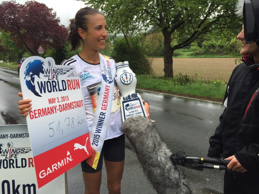 Laura beim Interview (Quelle: wingsforlifeworldrun.com)